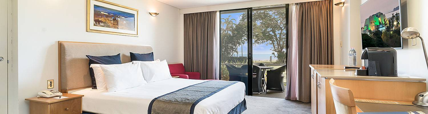 Hotel room with one king bed | Oceanview Hotel | Darwin, Australia